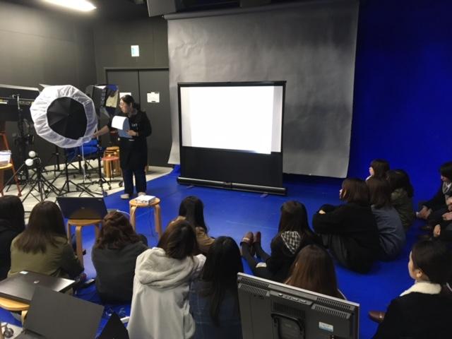 初期演習で情報メディア学科の本格的な撮影スタジオ設備である「スタジオM+」の紹介レクチャーを受けました。