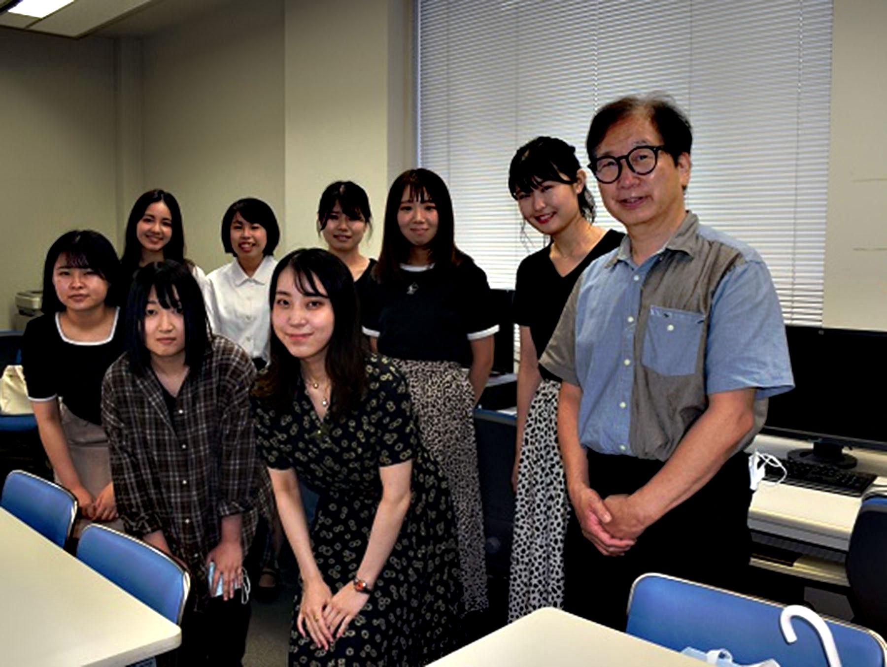 丸山健夫教授とCMを制作した丸山ゼミ4年生